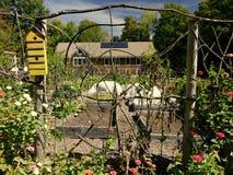 Οργανικός κήπος: λαϊκός φράκτης κλαδίσκων σπιτιών πουλιών τέχνης κίτρινος Στοκ φωτογραφίες με δικαίωμα ελεύθερης χρήσης