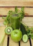 Οργανικός καταφερτζής με τα φρέσκα λαχανικά και τα φρούτα Στοκ Εικόνα