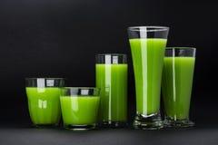 Οργανικός πράσινος καταφερτζής, χυμός μήλων απομονωμένος στο μαύρο υπόβαθρο με το διαστημικό, φρέσκο κοκτέιλ σέλινου αντιγράφων στοκ φωτογραφία με δικαίωμα ελεύθερης χρήσης