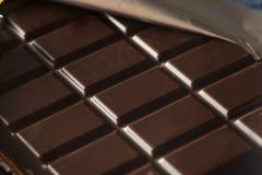Οργανικός σκοτεινός φραγμός καραμελών σοκολάτας στοκ φωτογραφίες