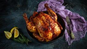 Οργανικός το ελεύθερο ψημένο φούρνος κοτόπουλο σειράς στο αγροτικό τηγάνι με τις φέτες λεμονιών και rosmary στοκ εικόνες με δικαίωμα ελεύθερης χρήσης