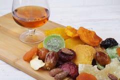 Οργανικός υγιής ανάμεικτος ξηρός - φρούτα σε ένα πιάτο r στοκ εικόνες με δικαίωμα ελεύθερης χρήσης