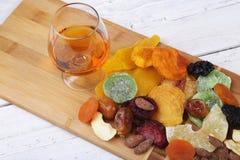Οργανικός υγιής ανάμεικτος ξηρός - φρούτα σε ένα πιάτο r στοκ φωτογραφίες