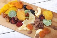 Οργανικός υγιής ανάμεικτος ξηρός - φρούτα σε ένα πιάτο r στοκ φωτογραφία με δικαίωμα ελεύθερης χρήσης