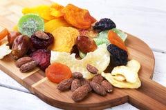 Οργανικός υγιής ανάμεικτος ξηρός - φρούτα στον πίνακα κρασιού μπαμπού r στοκ εικόνες με δικαίωμα ελεύθερης χρήσης