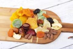 Οργανικός υγιής ανάμεικτος ξηρός - φρούτα στον πίνακα κρασιού r στοκ εικόνα