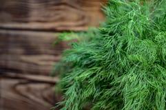 Οργανικός φυσικός φρέσκος πράσινος άνηθος σε ένα θολωμένο υπόβαθρο στοκ εικόνα