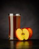Οργανικός χυμός της Apple στο σκοτεινό υπόβαθρο Στοκ Εικόνα