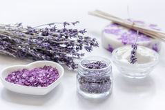 Οργανικό καλλυντικό με lavender τα λουλούδια και άλας λουτρών στο άσπρο υπόβαθρο Στοκ Εικόνες