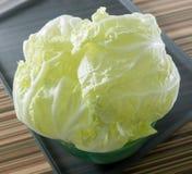 Οργανικό κινεζικό λάχανο σε ένα πράσινο κύπελλο Στοκ εικόνες με δικαίωμα ελεύθερης χρήσης