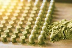Οργανικό ξηρό πράσινο βοτανικό φάρμακο Kariyat με το εργαλείο συσκευασίας καψών Στοκ Εικόνες