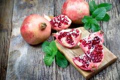 Οργανικό ρόδι, εύγευστος και juicy εξωτικός - τροπικά φρούτα στοκ εικόνα
