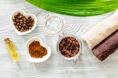 Οργανικό σαπούνι καφέ, σιτάρια καφέ, έλαιο και πετσέτα στην ξύλινη τοπ άποψη υποβάθρου Στοκ Εικόνες
