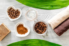 Οργανικό σαπούνι καφέ, σιτάρια καφέ και πετσέτα στην ξύλινη τοπ άποψη υποβάθρου Στοκ εικόνα με δικαίωμα ελεύθερης χρήσης