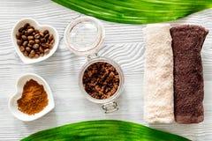 Οργανικό σαπούνι καφέ, σιτάρια καφέ και πετσέτα στην ξύλινη τοπ άποψη υποβάθρου Στοκ φωτογραφίες με δικαίωμα ελεύθερης χρήσης