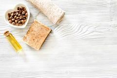 Οργανικό σαπούνι καφέ, σιτάρια καφέ και πετσέτα στην ξύλινη τοπ άποψη υποβάθρου copyspace Στοκ φωτογραφία με δικαίωμα ελεύθερης χρήσης