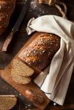 Οργανικό σπιτικό ολόκληρο ψωμί σίτου στοκ εικόνες