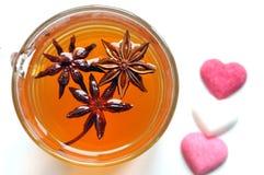 Οργανικό τσάι γλυκάνισου αστεριών σε μια άσπρη ανασκόπηση Στοκ Εικόνες