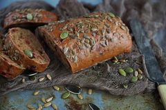 Οργανικό ψωμί σιταριού με τους σπόρους ηλίανθων και τους σπόρους κολοκύθας Στοκ εικόνες με δικαίωμα ελεύθερης χρήσης
