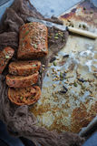 Οργανικό ψωμί σιταριού με τους σπόρους ηλίανθων και τους σπόρους κολοκύθας Στοκ Εικόνες