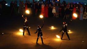 Οργανωμένη πυρκαγιά καρναβαλιού πυρκαγιάς η ειδικοί παρουσιάζει για τους θεατές στο τετράγωνο φιλμ μικρού μήκους