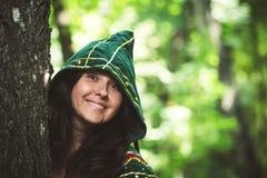 Οργανώνοντας φωτογραφία της όμορφης γυναίκας στο κοστούμι φαντασίας με την κουκούλα στοκ φωτογραφία