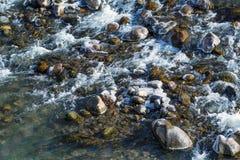 Οργιμένος νερό στο κατώτατο όριο του ποταμού βουνών Στοκ φωτογραφία με δικαίωμα ελεύθερης χρήσης