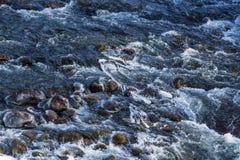 Οργιμένος νερό στο κατώτατο όριο του ποταμού βουνών Στοκ εικόνα με δικαίωμα ελεύθερης χρήσης