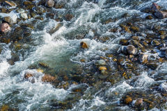 Οργιμένος νερό στο κατώτατο όριο του ποταμού βουνών Στοκ Εικόνα