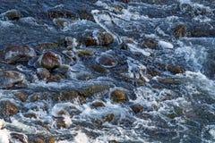 Οργιμένος νερό στο κατώτατο όριο του ποταμού βουνών Στοκ Εικόνες