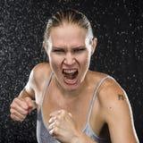 Οργισμένος θηλυκός μαχητής που κραυγάζει στη κάμερα Στοκ Εικόνες