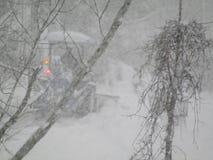 Οργώνοντας χιόνι τύπων με το τρακτέρ Στοκ φωτογραφία με δικαίωμα ελεύθερης χρήσης