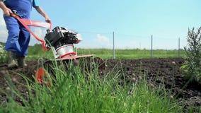 Οργώνοντας χώμα με τον καλλιεργητή και την παύση φιλμ μικρού μήκους