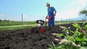 Οργώνοντας χώμα με το λίπασμα έτοιμο για τα λαχανικά εγκαταστάσεων απόθεμα βίντεο