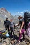 Ορειβάτες βουνών που προετοιμάζονται για την ανάβαση Στοκ Φωτογραφίες