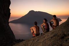 Ορειβάτες βράχου που φορούν το λουρί ασφάλειας στο ηλιοβασίλεμα Στοκ Φωτογραφία