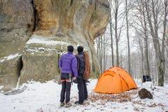 Ορειβάτες ζεύγους σε έναν χειμώνα κοντά στη στρατοπέδευση βουνών στοκ φωτογραφίες