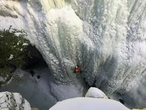 Ορειβάτες πάγου που σκάβουν μέσα με τις επιλογές και τα σκυλιά έλκηθρου πάγου τους ως στοκ φωτογραφία με δικαίωμα ελεύθερης χρήσης