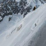 Ορειβάτες που ανέρχονται τον τρόπο μέχρι Aiguille du Midi με τις λεπτομέρειες του AI στοκ εικόνα