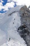 Ορειβάτες που διευθύνουν μέχρι το στρατόπεδο 2 σε Cho Oyu Στοκ Φωτογραφία