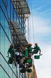 ορειβάτες που πλένουν τα Windows Στοκ εικόνες με δικαίωμα ελεύθερης χρήσης