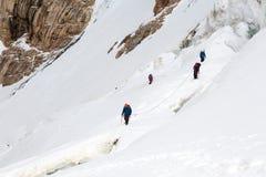 Ορειβάτες που συνδέονται με τον ανερχόμενος παγετώνα σχοινιών προστασίας Στοκ εικόνες με δικαίωμα ελεύθερης χρήσης