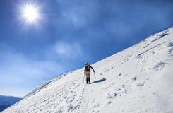 Ορειβάτες στον τρόπο στην κορυφή ενός ενεργού ηφαιστείου. στοκ φωτογραφία