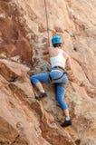 Ορειβάτης βουνών βράχου που παίρνει την αναρρίχηση leasons Στοκ φωτογραφίες με δικαίωμα ελεύθερης χρήσης