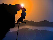 Ορειβάτης βουνών που φθάνει στην κορυφή απότομων βράχων Στοκ φωτογραφία με δικαίωμα ελεύθερης χρήσης