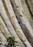 Ορειβάτης βουνών στον πύργο διαβόλων στο Ουαϊόμινγκ Στοκ Εικόνες