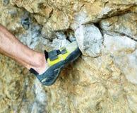Ορειβάτης βράχου ατόμων στον απότομο βράχο Στοκ εικόνα με δικαίωμα ελεύθερης χρήσης