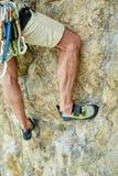 Ορειβάτης βράχου ατόμων στον απότομο βράχο Στοκ φωτογραφίες με δικαίωμα ελεύθερης χρήσης