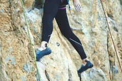 Ορειβάτης βράχου γυναικών στον απότομο βράχο Στοκ Φωτογραφίες
