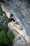 Ορειβάτης βράχου, επαγγελματικός αθλητής, που αναρριχείται στους βράχους Siurana, Ισπανία ακραίος αθλητισμός Στοκ Εικόνες